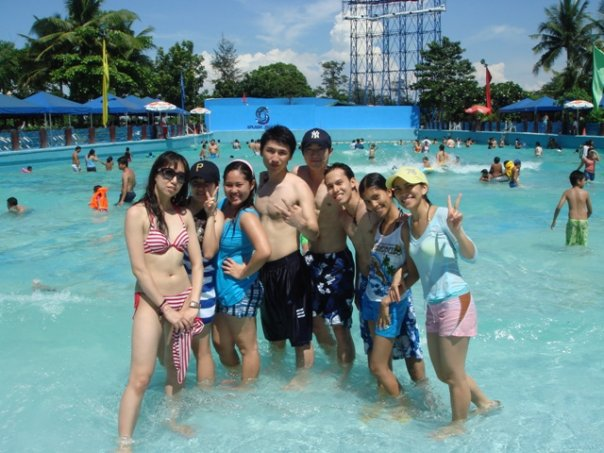 SPLASH ISLAND is the biggest waterpark in the Philippines. It is located in BINAN, LAGUNA and it boasts of many attractions that families will surely love and enjoy.